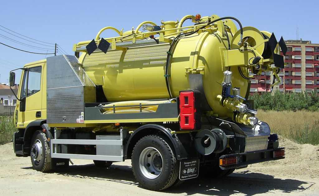 Vehículo cisterna para limpieza industrial